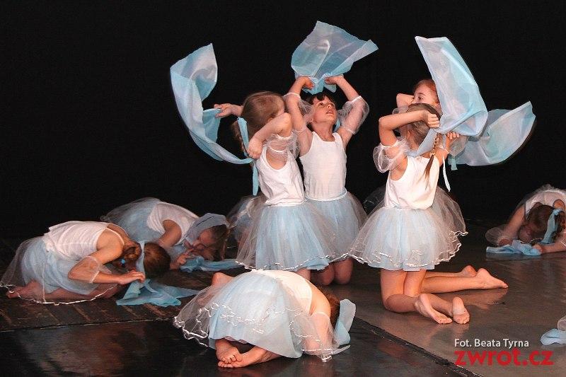 Tanečníci a herci zčeskotěšínské základní školy