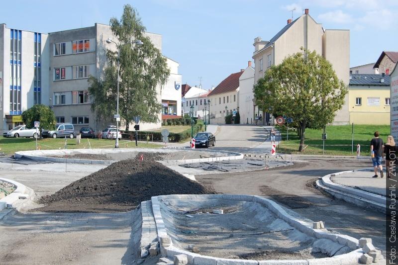Na náměstí po novém kruhovém objezdu