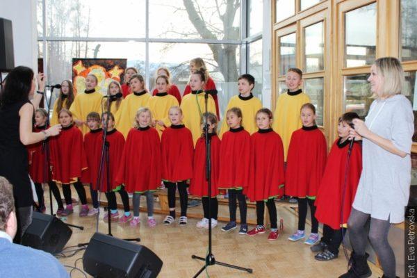 Z redakční pošty: Školní sbor z Hnojníku zpíval s kapelou Glayzy