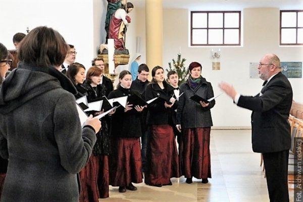Sbor Canticum Novum zve na pašijové koncerty na Květnou neděli