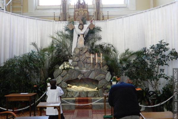 Věřící navštěvují Boží hroby v kostelech