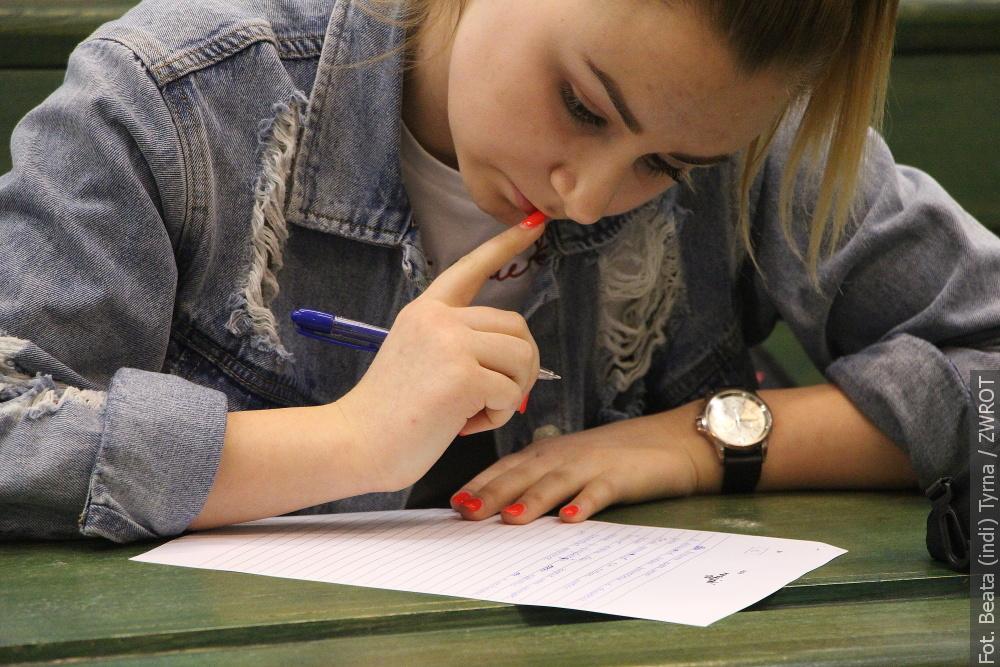Studenti dobrovolně psali diktát, a rovnou v několika jazycích!
