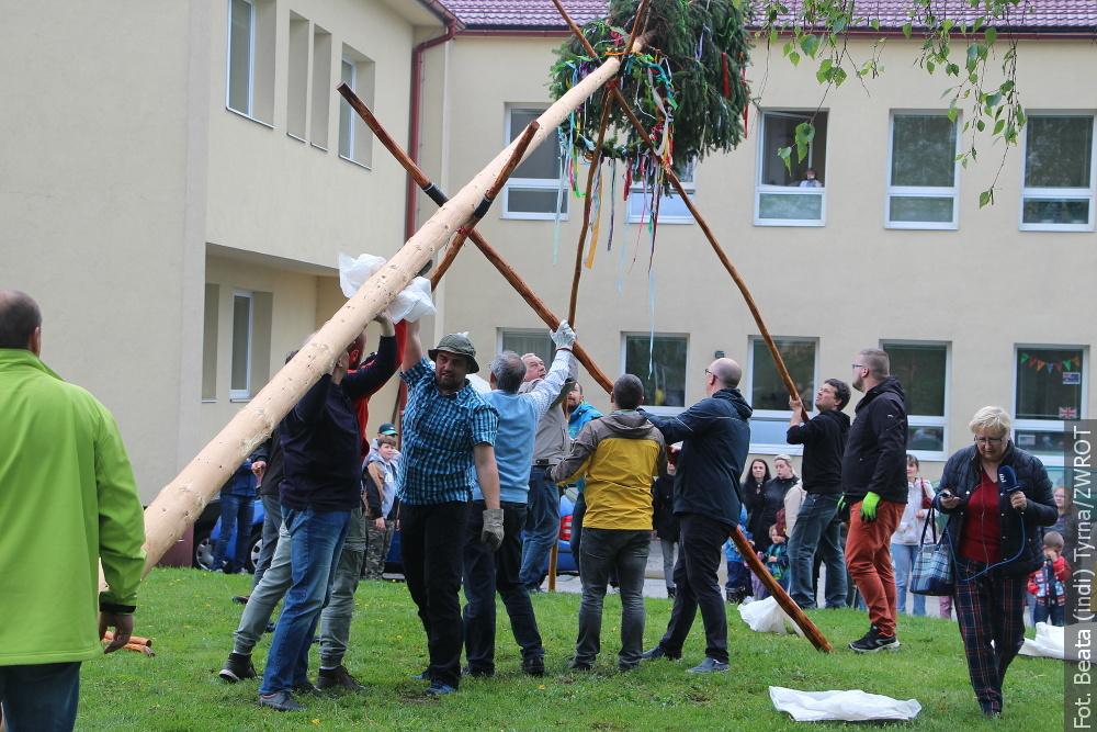 U polské školy v Bludovicích postavili májku