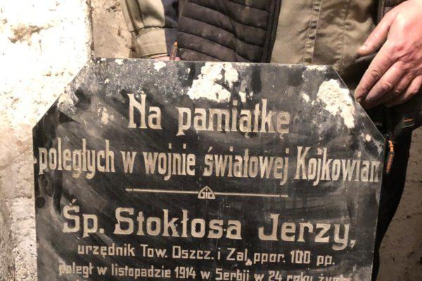 V Kojkovicích našli ve sklepě stoletou pamětní tabuli!
