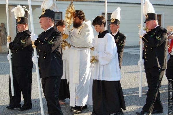 Boží tělo je v České republice pracovním dnem, v některých farnostech se můžete účastnit procesí