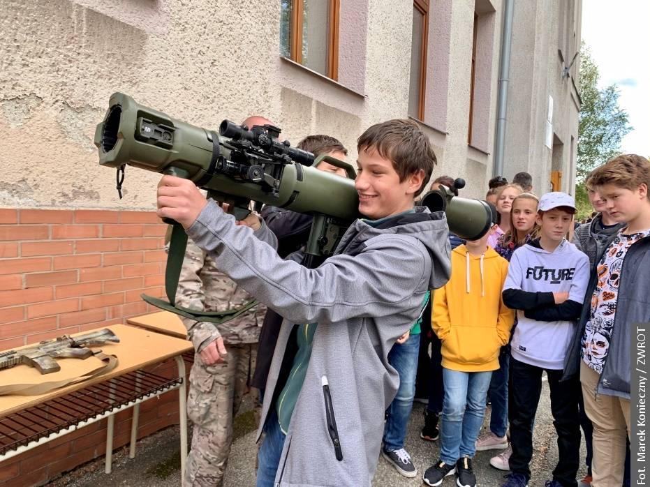 Zvláštní vojenská jednotka Agat navštívila žáky polské školy v Karviné