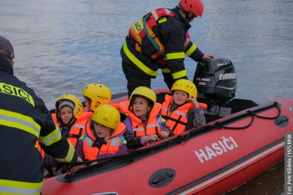 Hasiči v Těrlicku evakuovali víc jak 300 dětí