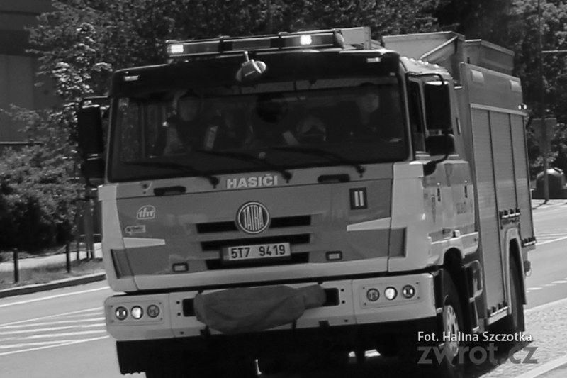 Tragický požár tovární haly: Zemřel profesionální hasič