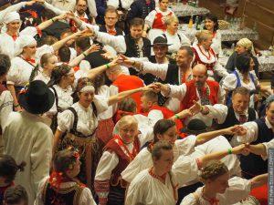 Na Gorolskim balu byli všichni v lidových krojích