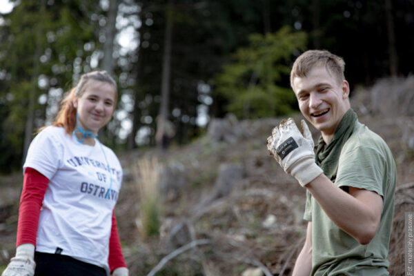 Ostravská univerzita pomáhá zalesnit svůj region. Ve spolupráci sLesy ČR vysadili dobrovolníci zOU za víkend tisíce stromů.