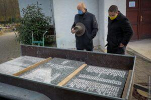 Památník tragédie na Dole Dukla byl přemístěn na hřbitov v Šumbarku