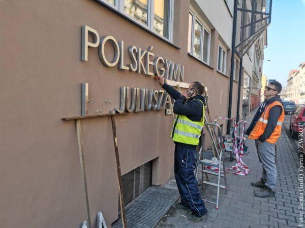 Na fasádě polského gymnázia bude nápis s celým názvem školy