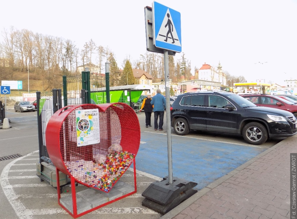 U hypermarketu v Těšíně stojí nádoba ve tvaru srdce. Určena je na sběr víček