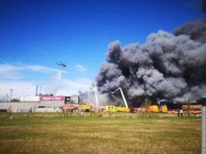 Obrovský požár v Ostravě. Lidé by neměli větrat ani opouštět své domovy