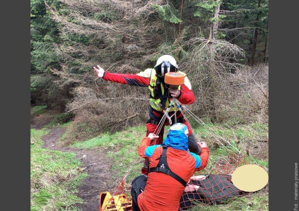 Letečtí záchranáři zasahovali v Beskydech u zraněné paraglidistky