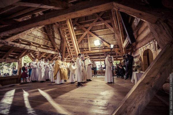 Slavnost svěcení dřevěného kostelíku v Gutech na fotkách Mariana Siedlaczka
