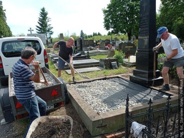 Vyčistili  náhrobek  Jana Glajcara ve Svibici