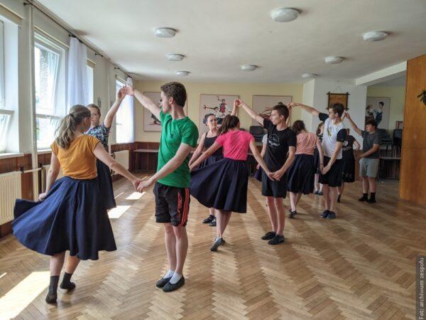 Tanečníci ze souboru Błędowice se v Milíkově připravovali na svá nadcházející vystoupení.